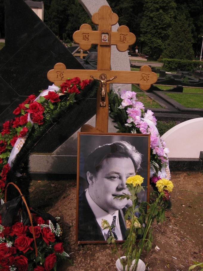 могила Вячеслава Невинного на Троекуровском кладбище в Москве  (фото Дмитрия Кондратьева)