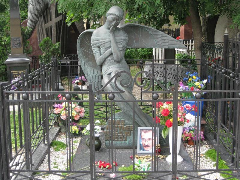 могила Влада Листьева на Ваганьковском кладбище в Москве ( фото Дмитрия Кондратьева)