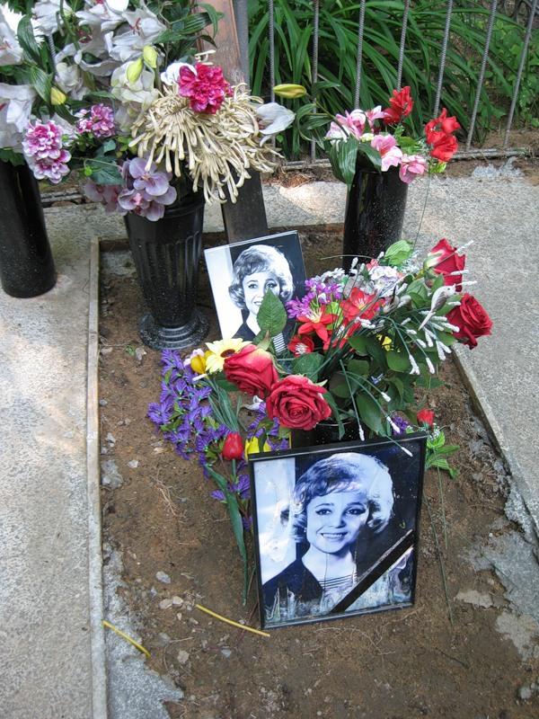 могила Надежды Румянцевой на Армянском кладбище в Москве , вид могилы до установки памятника  (фото Дмитрия Кондратьева)