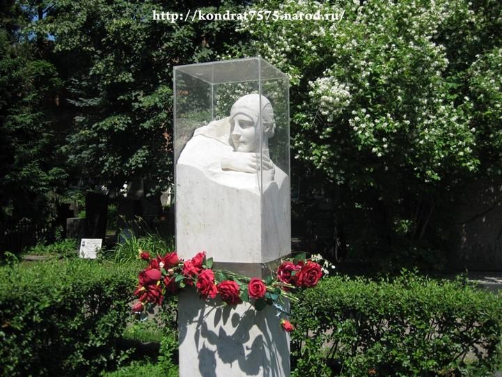 могила Надежды Алилуевой на Новодевичем кладбище в Москве ( фото Дмитрия Кондратьева)