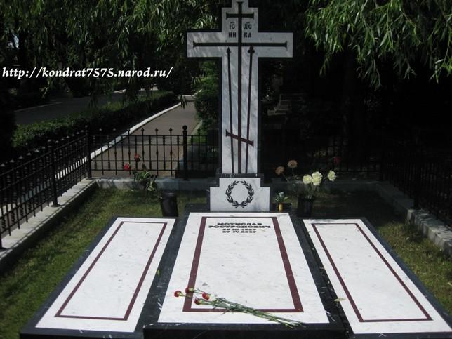 могила Мстислава Ростроповича на Новодевичем кладбище в Москве (фото Дмитрия Кондратьева)