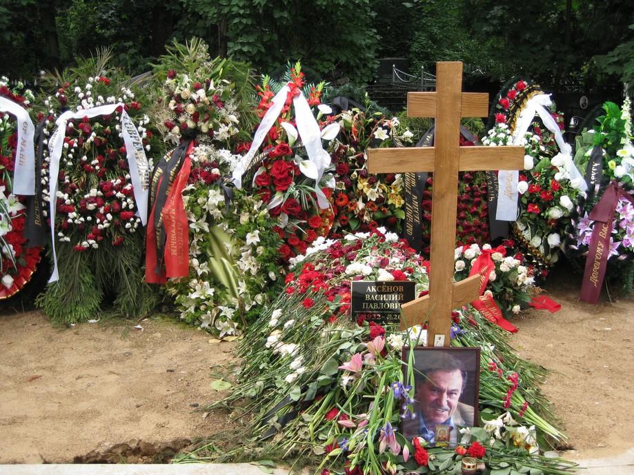 могила Василия Аксёнова до установки памятника( фото Дмитрия Кондратьева)