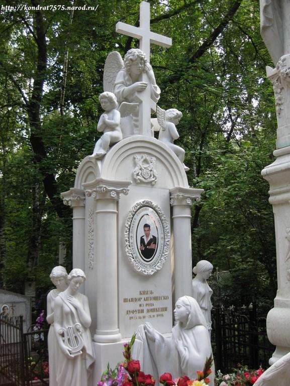 могила Шандора на Кузьминском кладбище в Москве  (фото Дмитрия Кондратьева )