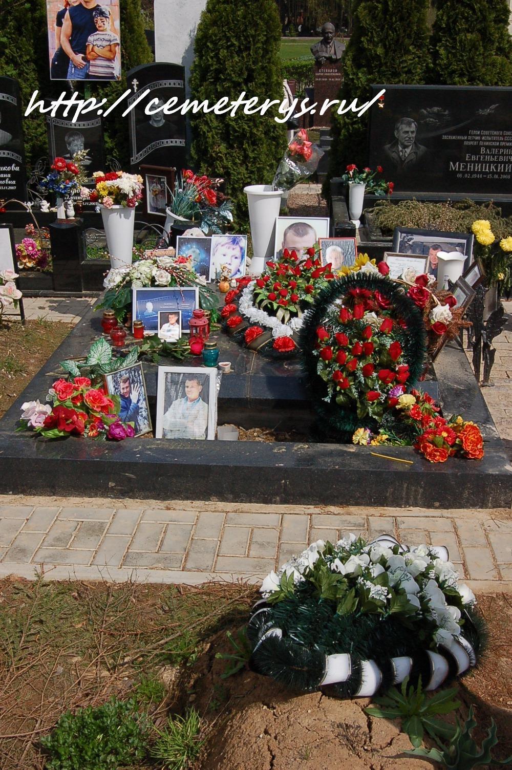 фото могилы Владислава Галкина на Троекуровском кладбище в Москве ( фото Дмитрия Кондратьева )