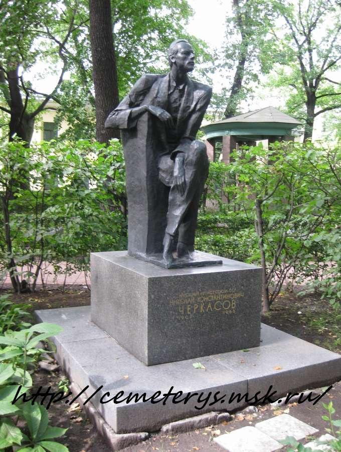 могила Николая Черкасова на Тиxвинском кладбище в Санкт Петербурге  (фото Дмитрия Кондратьева)