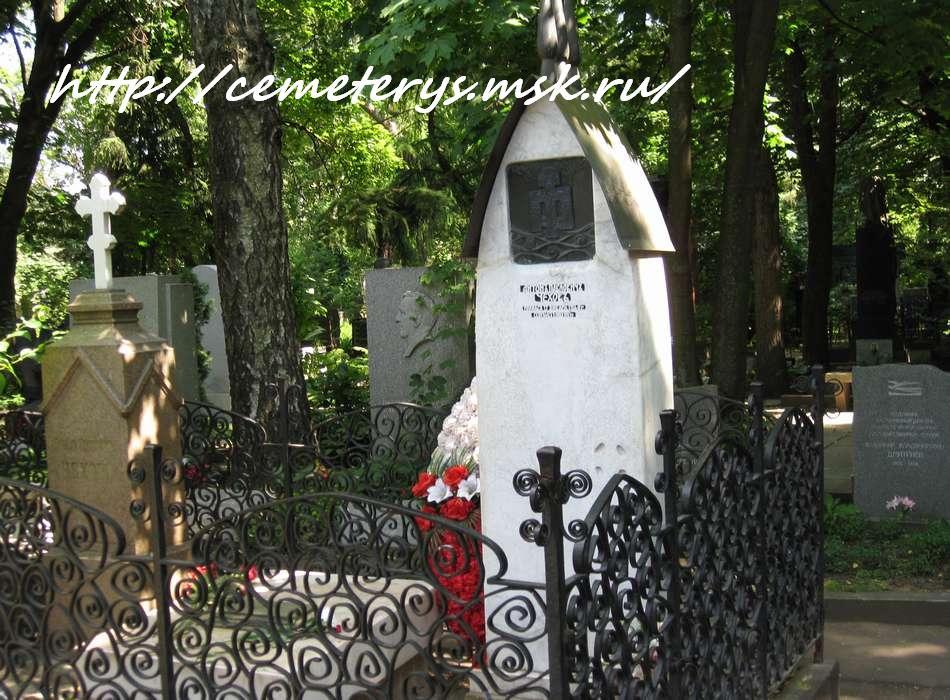 могила А. П. Чехова на Новодевичем кладбище в Москве  (фото Дмитрия Кондратьева)