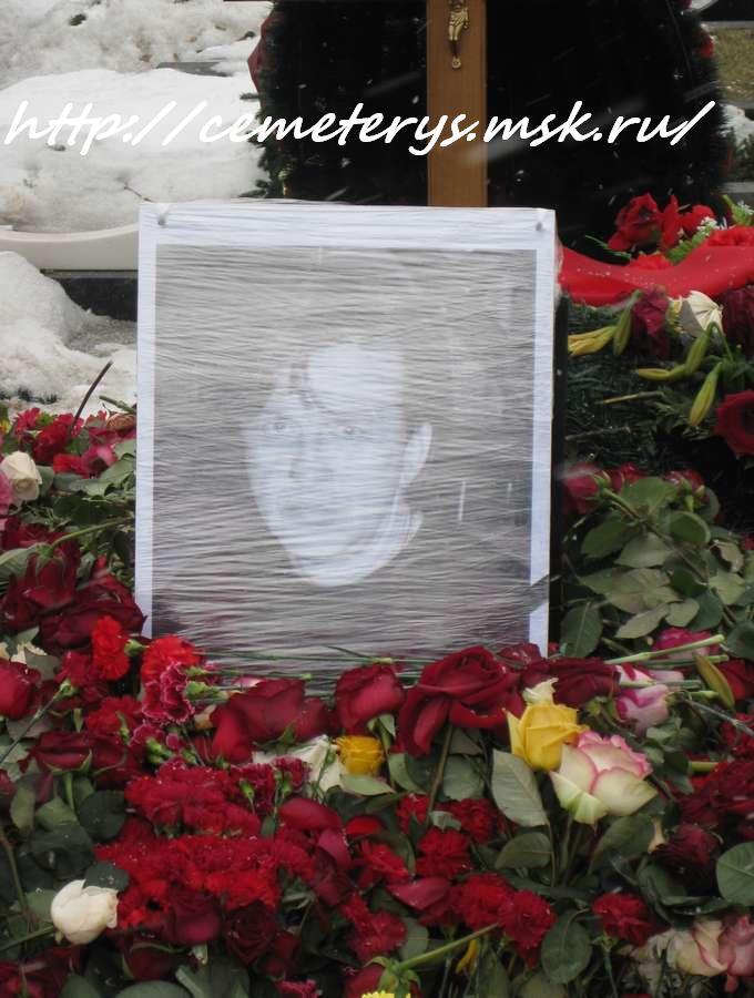 могила Александра Барыкина на Троекуровском кладбище в Москве ( фото Дмитрия Кондратьева)