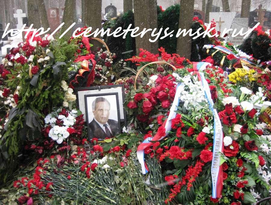 могила Виктора Илюхина на Троекуровском кладбище в Москве  (фото Дмитрия Кондратьева)
