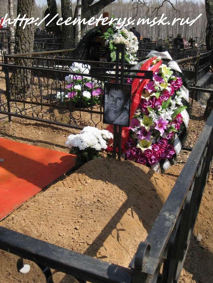 Могила Нейландса - Яунземса Армандса на Пыхтинском кладбище в Московской области ( фото Дмитрия Кондратьева)