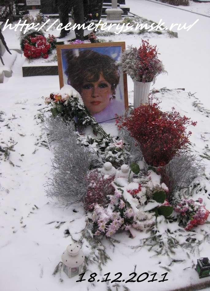 могила Людмилы Гурченко на Новодевичем кладбище в Москве (до установки памятника) ( фото Дмитрия Кондратьева)