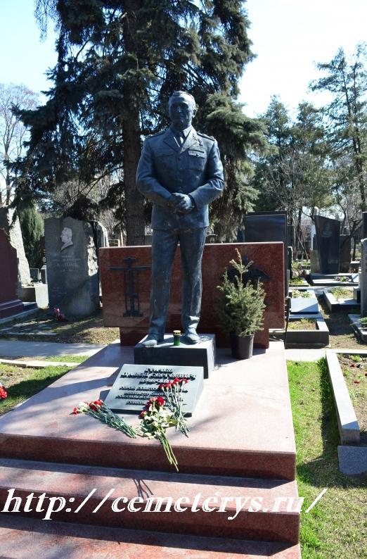 могила Павла Грачева на Новодевичем кладбище в Москве ( фото Дмитрия Кондратьева)