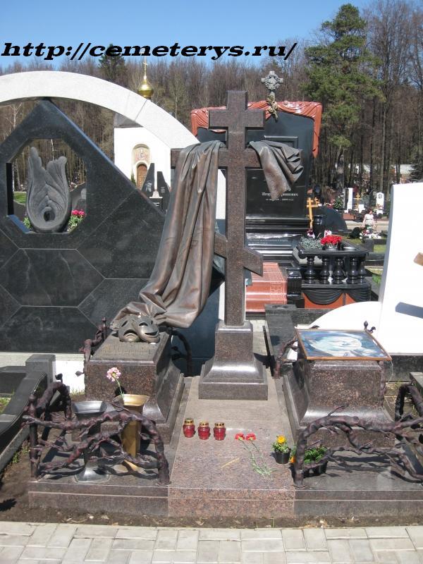 могила Вячеслава Невинного на Троекуровском кладбище в Москве ( фото Дмитрия Кондратьева)