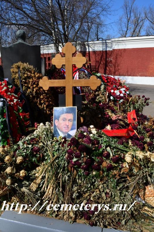 могила Александра Починка на Новодевичем кладбище в Москве ( фото Дмитрия Кондратьева)