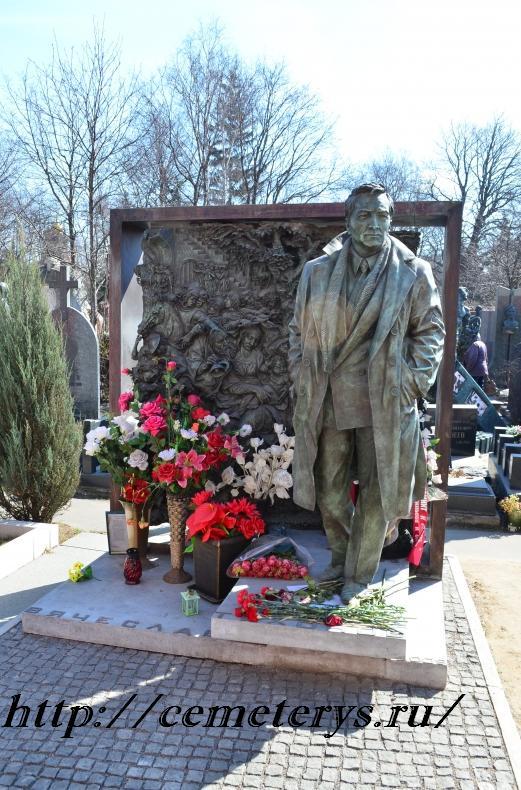 могила Вячеслава Тихонова на Новодевичем кладбище в Москве ( фото Дмитрия Кондратьева)
